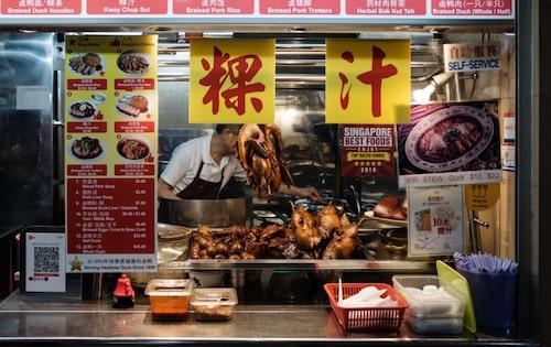 Ät som lokalinvånarna på bland annat berömda Maxwell Road Hawker Centre.