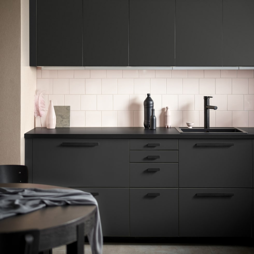 Nya köket Kungsbacka tillverkas av återvunnet trä som kläs med en folie tillverkad av återvunna PET-flaskor. Prisexempel dörr, 40 x 80 centimeter, 299 kronor, Ikea.