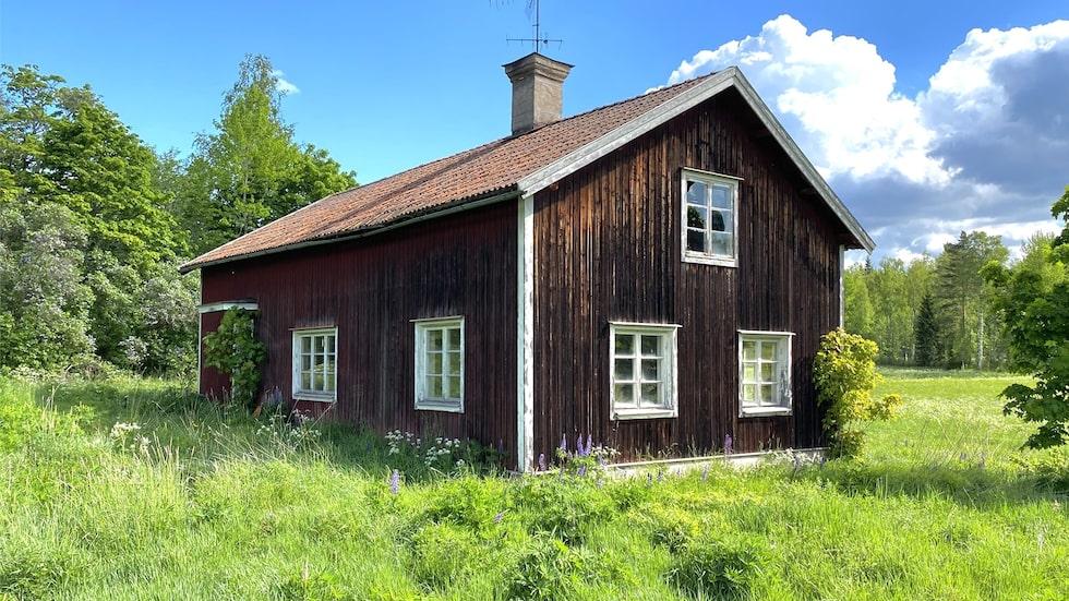 Torpet ligger utanför Söderbärke i södra Dalarna. Nu har det stått öde i ungefär 40 år men är till salu för 200 000 kronor.