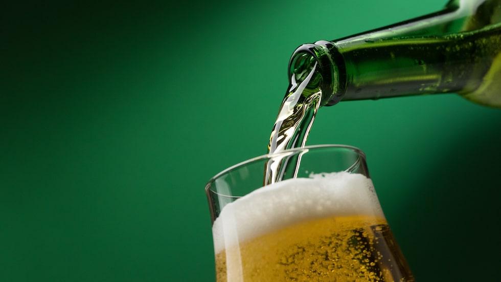 Många väljer att vinkla eller luta glaset och hälla längs kanten. Gör du så stannar kolsyran kvar i din öl - på gott och ont.