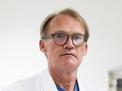 Löjeväckande pris. Johan Styrud, ordförande i Stockholms läkarförening, skrattar när han får höra att NKS nominerats till ett vårdbyggnadspris.