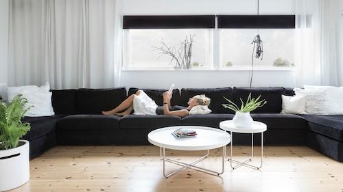 Den stora soffan på sju meter upptar nästintill hela rummets längd och 16 personer får utan problem plats i soffan. Tanken med det här rummet är avkoppling, mys och umgänge. När soffan var på plats så firade paret det med en soffsittarfest.