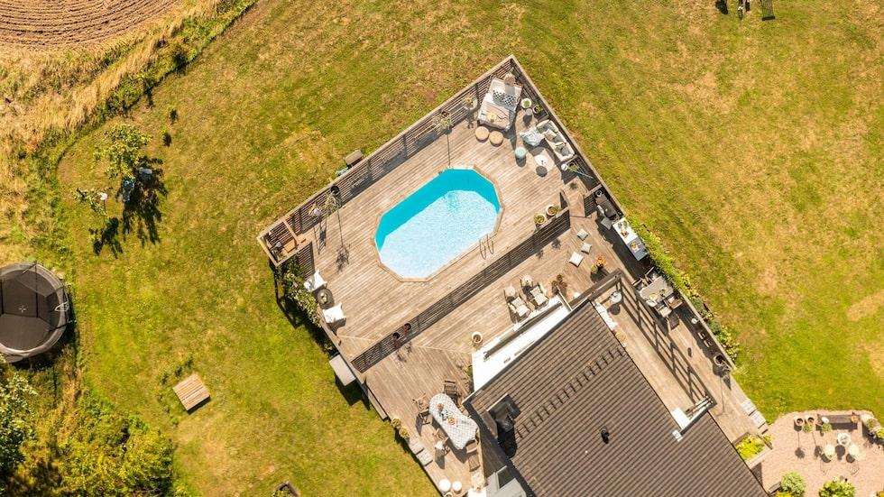 Huset har en stor terrass med inbyggd pool.