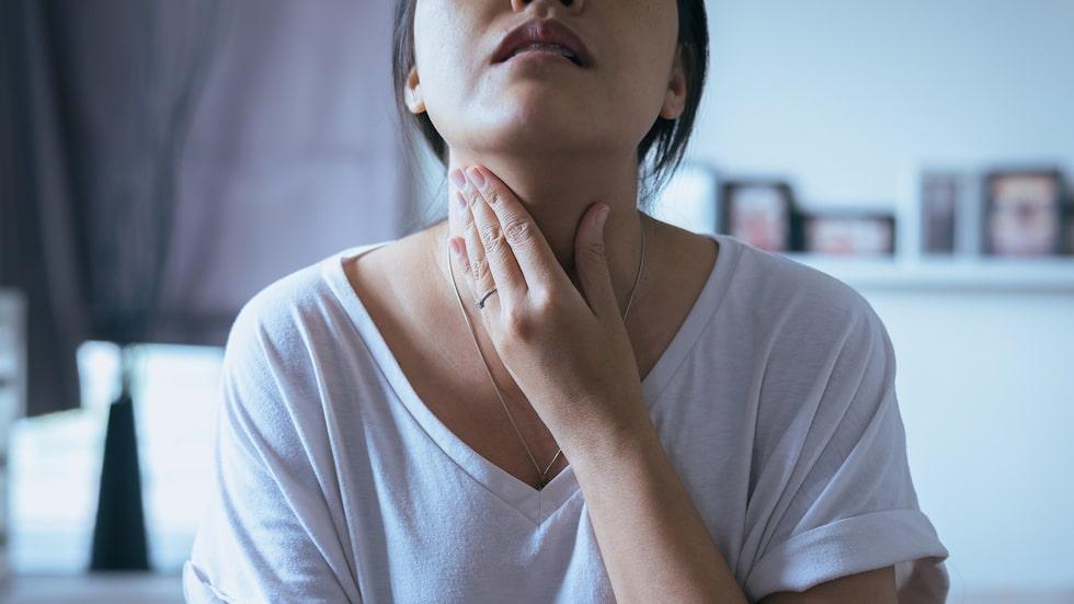 Om du eller någon sätter i halsen är det alltid mest effektivt att själv hosta ut hindret. Men blir det totalstopp måste du agera.