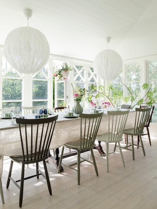 Marie ropade in Lilla Åland-stolarna på auktion för några år sedan. Tanken var att de skulle passa i fritidshuset men de hamnade hemma på verandan, efter att de målats i ny kulör.
