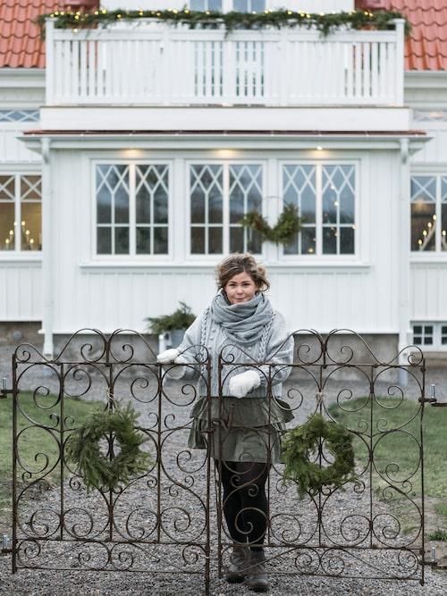 Therese Falk välkomnar oss hem till sin familjs juldekorerade skärgårdshus från 1925.