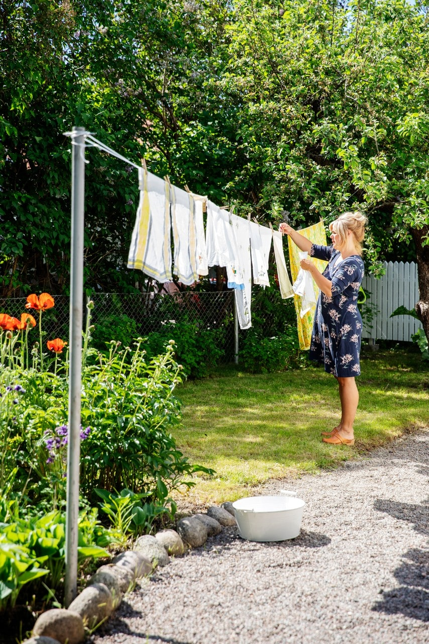 På framsidan finns en stor rabatt och här hänger Helena också sin tvätt.