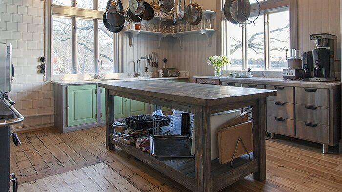 """Köket som är renoverat i gammal stil. Här har spöket pratat med en person: """"när hen sedan vände sig om syntes ingenting"""", berättar säljaren Olle. """"Men hon är ett jättesnällt spöke""""."""