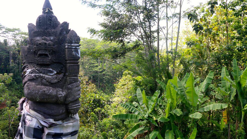 Symboler, som det svartvitrutiga mönstret, spelar en viktig roll på Bali. Detta mönster betyder tur för den som passerar.