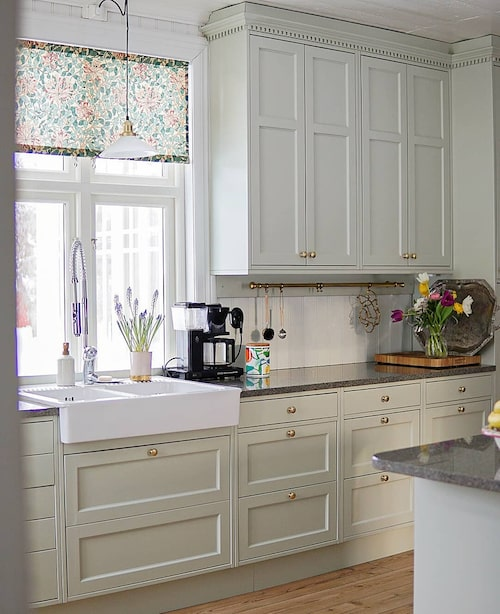 Numera känner man tydligt igen vinkeln i köket – men resten är uppdaterat och fräscht.
