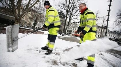 SKOTTNINGSSPECIALISTER. Lars Rasmussen och Engin Alioglu från Kommunteknik har i flera veckor skottat snö i centrala Malmö. De ser till att hålla sig varma och tar pauser när det behövs.