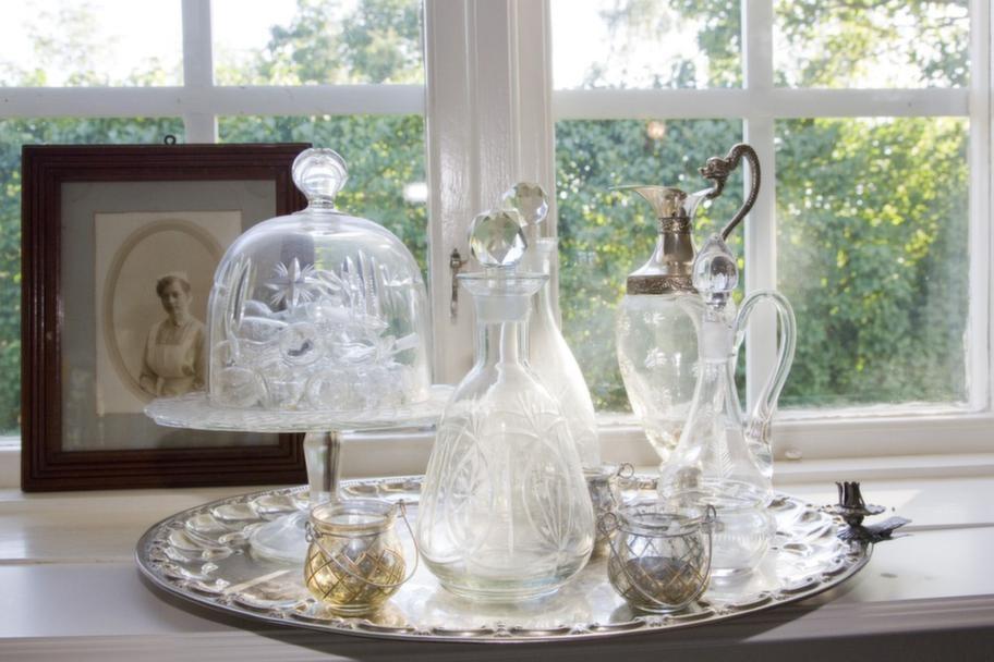 Loppisfynd. Fint i fönstret i storstugan. Maria samlar på vackra glasdetaljer.<br>