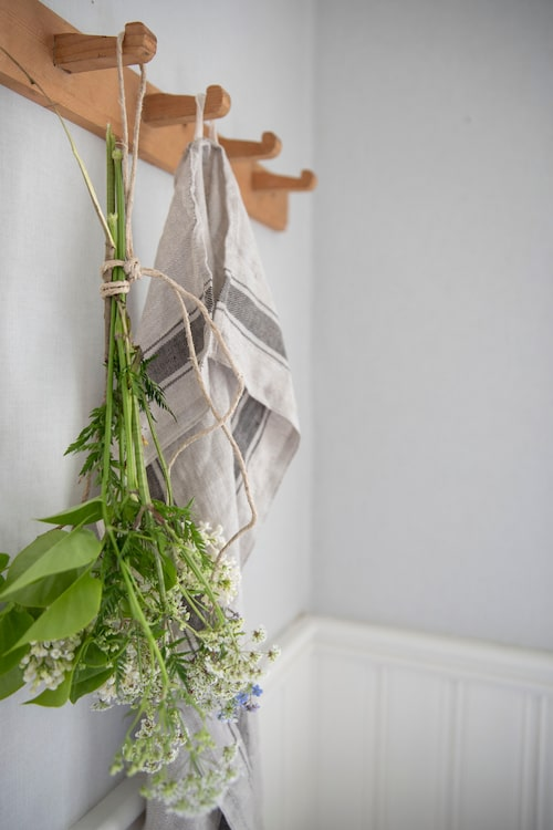 Helena hänger gärna upp buketter för torkning. Kökshandduk från Ikea.