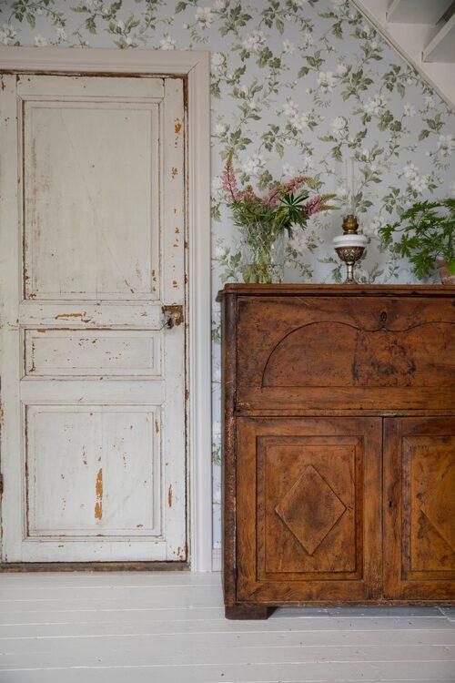 Helena och Robert har plockat fram gamla originaldetaljer i huset, som den gamla dörren.