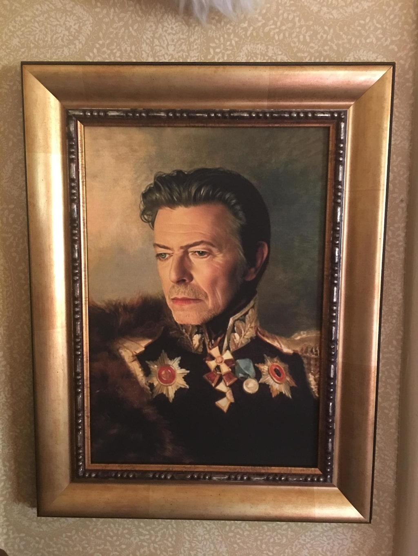 nHavsguden. Hos familjen Svenningsson är David Bowie husgud. På UNos överarm sitter stjärnan från albumet Blackstar tatuerad.