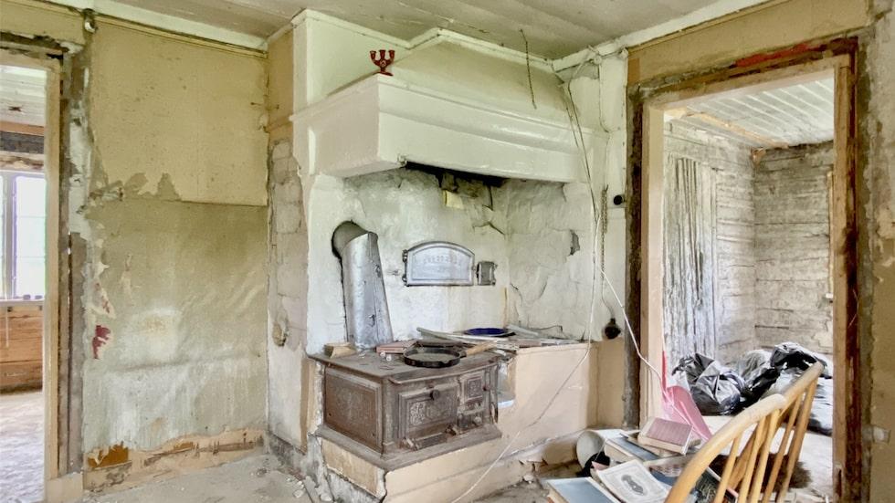 Detta ruckel i Dalarna har årets ärligaste annons. Bland annat står det att en saknad vägg ger huset bra ventilation.