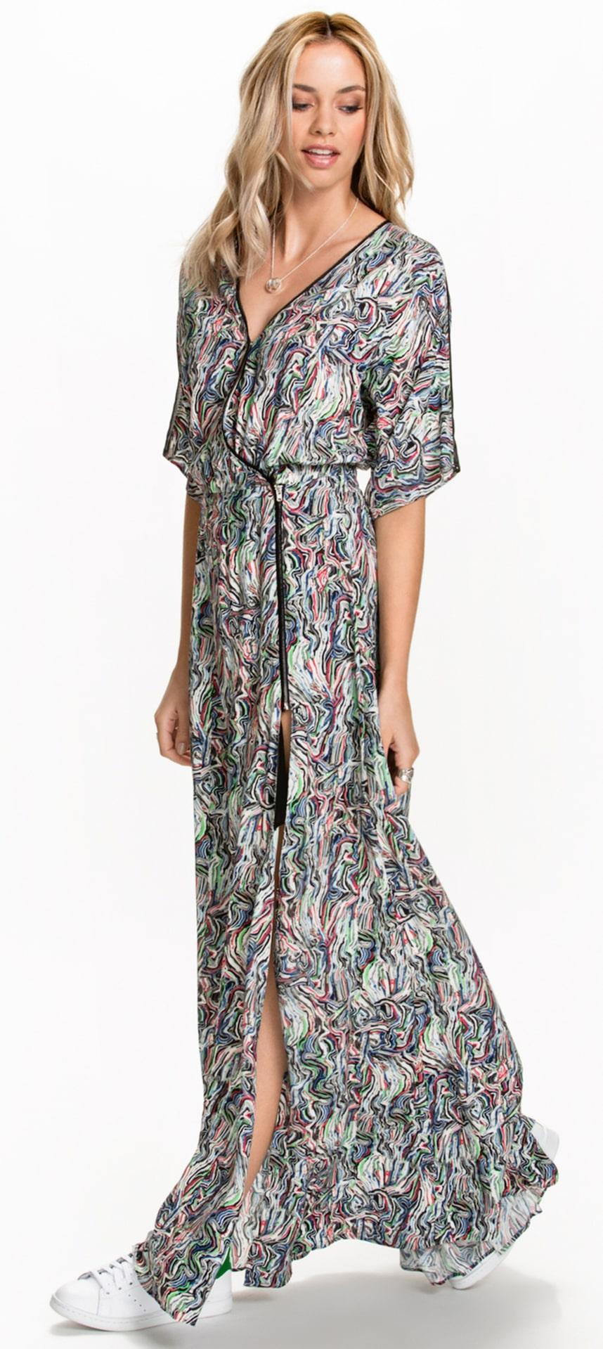 Maxiklänningen Lillian från Dagmar har lös passform och kort ärm. Hög slits i sida. Förlängande effekt, matchad med klackar för ännu mer längd. 3 195 kronor, Nelly.com.