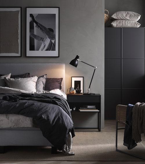 Placera stämningsbelysning på nattduksborden och i fönstret, och allmänbelysning med dimmer i taket. Aröd arbetslampa, Ikea.