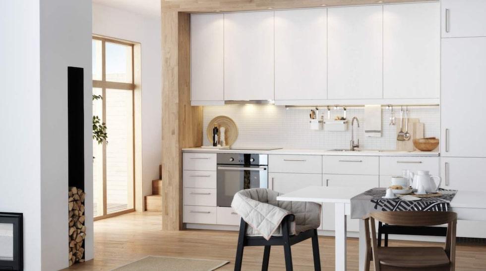 Med vita köksluckor kan det vara bra att pigga upp med mer färgstarka bänkskivor som bryter av.