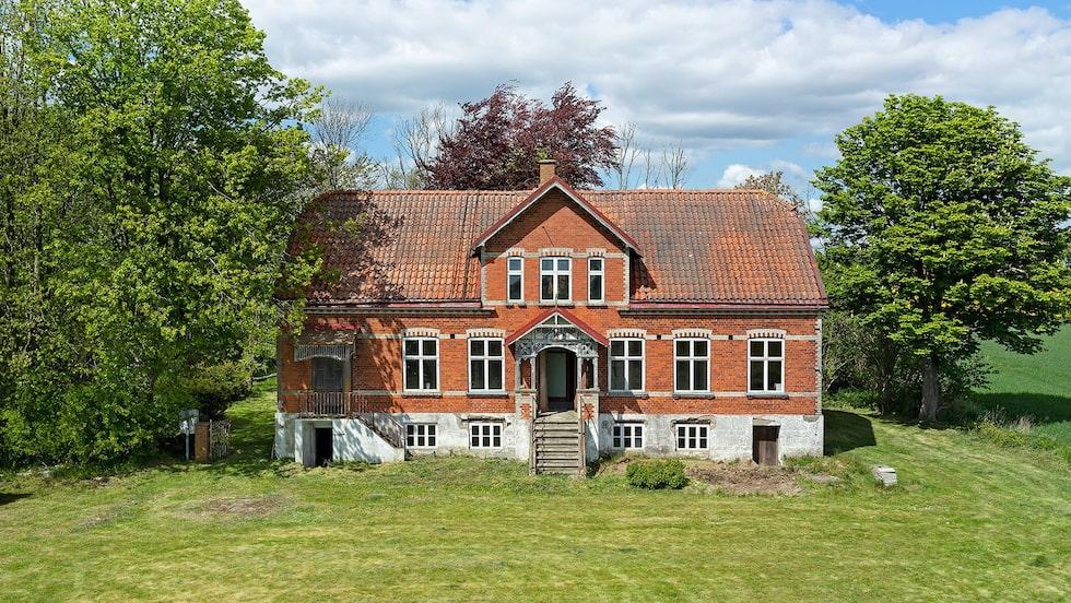 Det här är Hagalind, en herrgårdsliknande villa på Österlen från 1914. För 35 år sedan övergavs den och lämnades åt sitt öde...
