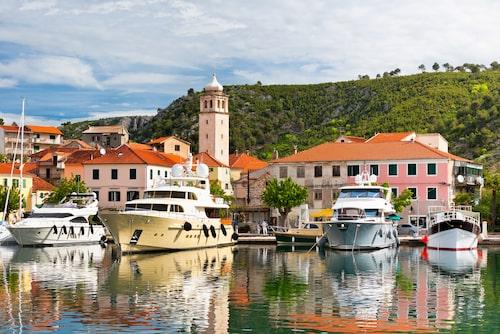Skradin ligger på fastlandet vid floden Krka.