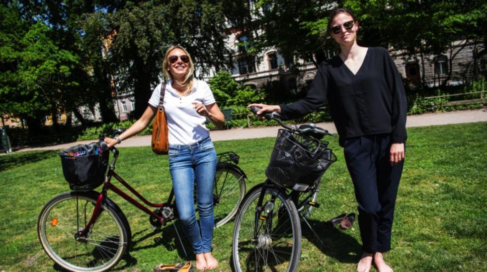 """Hur gör ni för att hålla fötterna fina? Nina Hellström, 40, revisor, Limhamn, och Malin  Jönsson, 27, revisor, Bjärred: """"Vi går på pedikyr, då får man fina fötter. Nagellack är viktigt."""""""