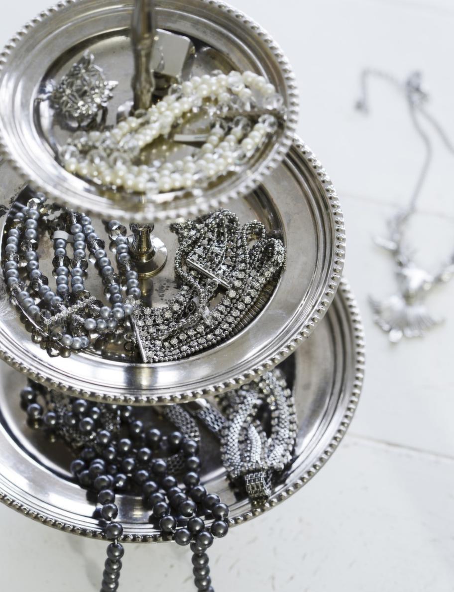 GNISTRANDE<br>Fat, 249 kronor, Blomsterlandet. Smycken, från 39-129 kronor styck, Glitter.