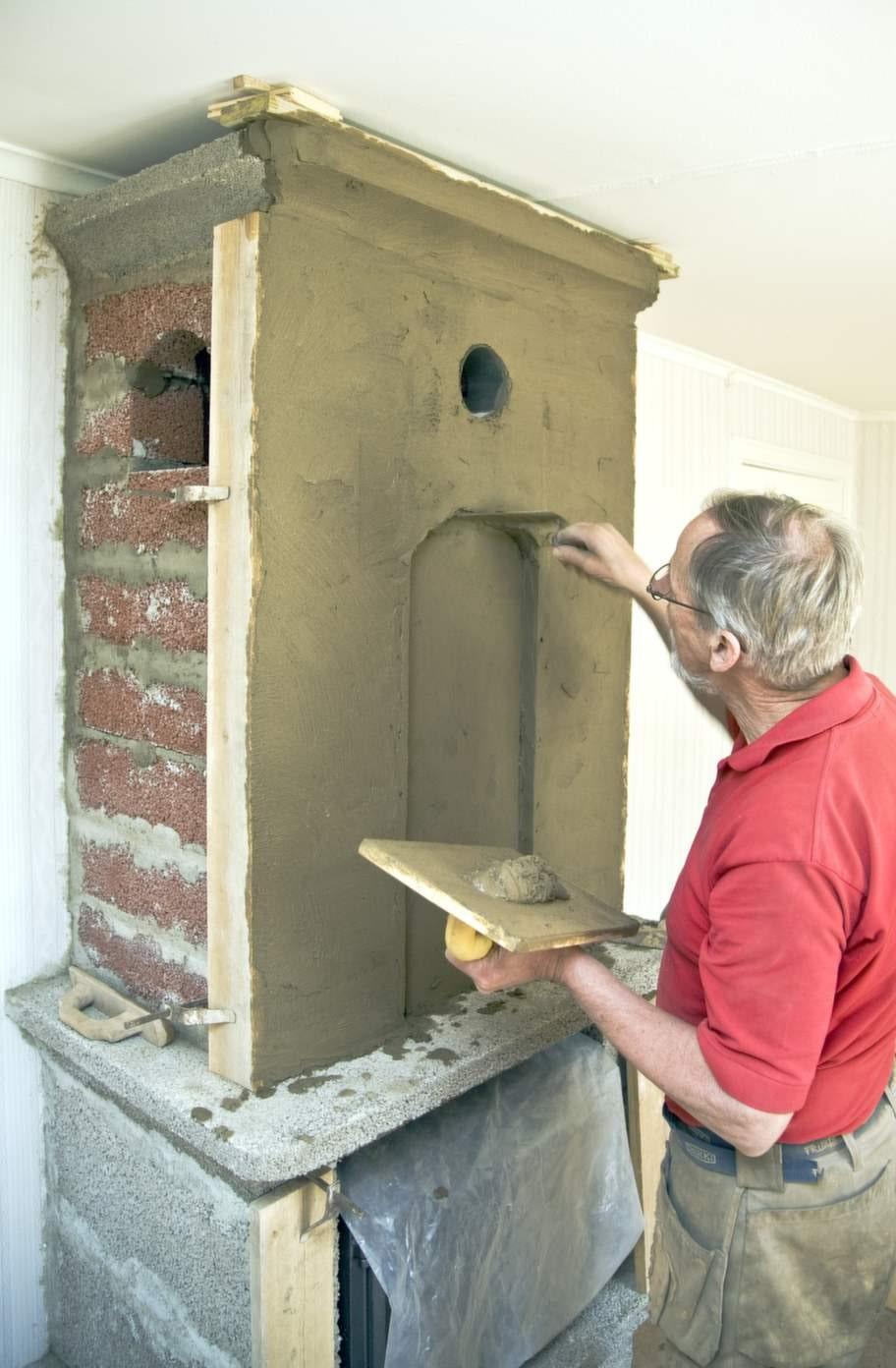 Putsa slättAtt putsa en murspis är en riktig konst. Här krävs en  verklig yrkesman. Nu är nästan hela murspisen färdigputsad. Innan det är  dags att måla måste putsen torka ordentligt - minst 3 dygn.