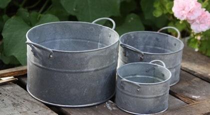 5 zink. Ytterkrukor för fina planteringar på altanen, finns i tre storlekar. Mellanstorleken kostar 55 kronor, broarne.se.