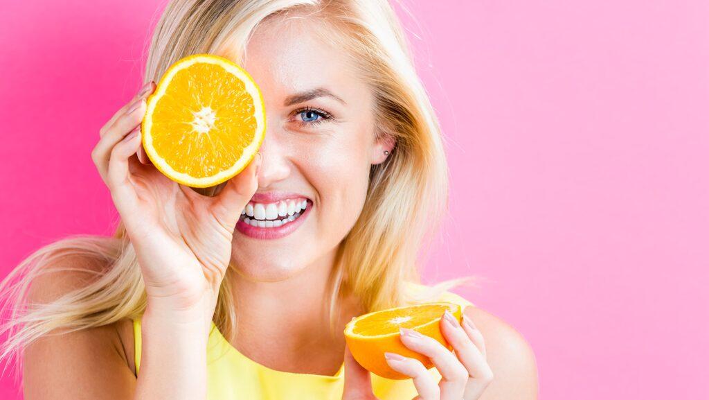 Doftspray som tar död på dåliga lukter, fräschar upp tyger och lämnar en behaglig doft är enkel att göra själv – av exempelvis vodka och citrusfrukter!