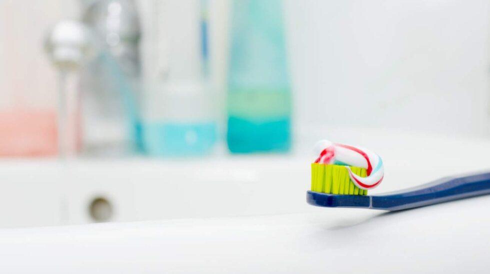 Många väljer att ha ett tandborstfodral för att skydda tandborsten från andra ytor. Men det gör bara att bakterierna får ännu lättare att växa, eftersom borsten hålls fuktig och aldrig får torka mellan gångerna.