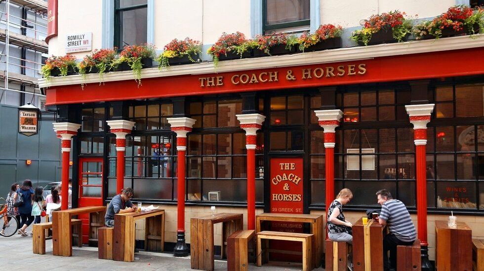 The Coach & Horse är en av Londons mest kända pubar.