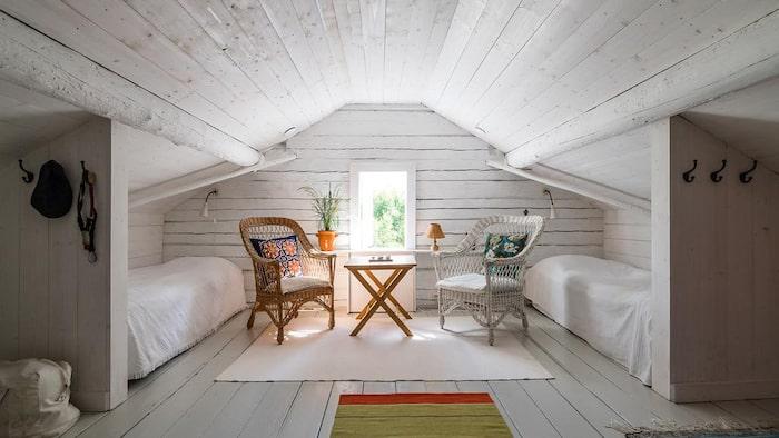Halva vinden inredd som sovrum, den andra delen används som förvaring.