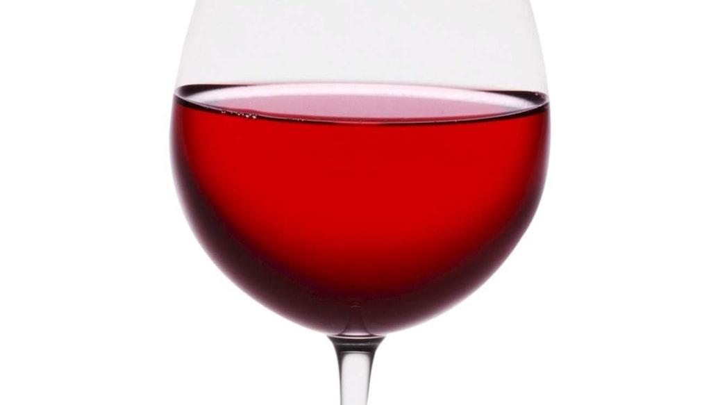 Rött vin bekämpas med vatten och salt.