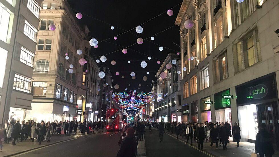 """1 778 snöbollar lyser upp Oxford Street. Årets tema är """"Cristmas is calling""""."""