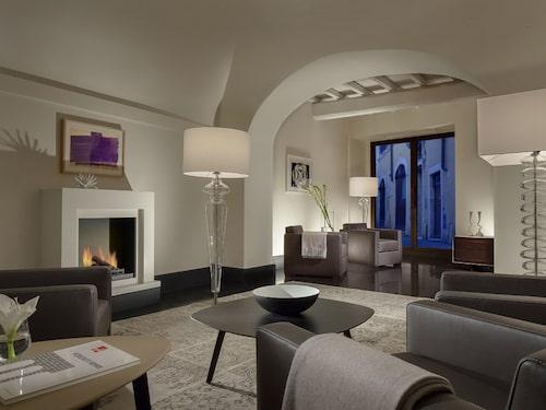 Rummen på Palazzo Scanderbeg har ljus, elegant inredning i en lite nordisk stil.