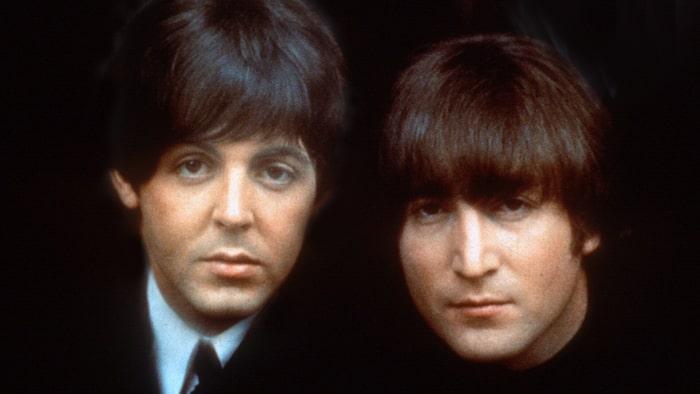 Barndomsvänner. Paul McCartney till vänster och John Lennon till höger. Bilden är från 1965. Båda växte upp i Liverpool, båda förlorade sina mammor tidigt och blev nära vänner trots att de var ganska olika.