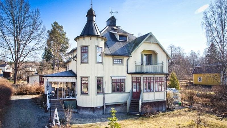 Det slottsliknande huset med tornrum är ett av de mest klickade på Hemnet.