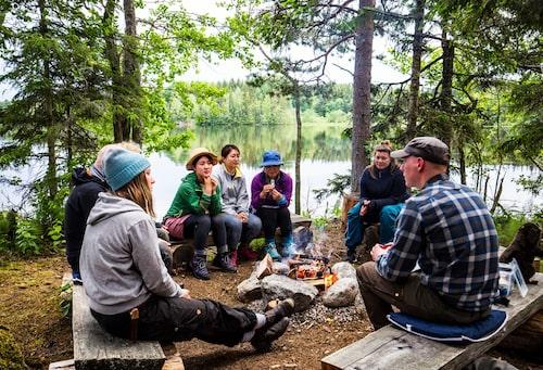 I väntan på skymningen inleds bäversafarin med att strandhugg på Bäverön, med middag och information framför lägerelden.