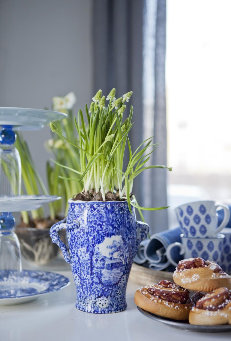 Kakfatet har Johanna gjort av glas och fat fyndade på loppis, kaffemuggar med blå dekor från Indiska.