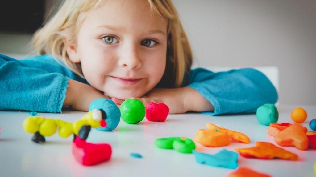 Forma figurer, bygga och mosa ihop leran. Eller baka tårtor och laga mat med leran och mata sina leksaksfigurer med är något som många barn tycker är en rolig lek.
