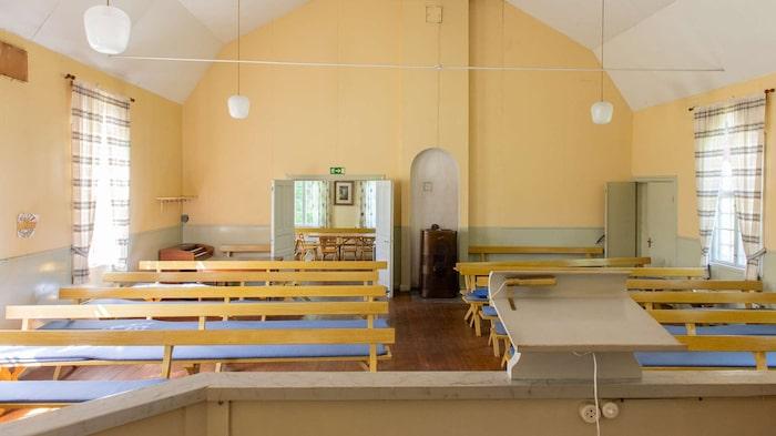 Kyrksalen är intakt och både bänkar och altaret är bevarat.