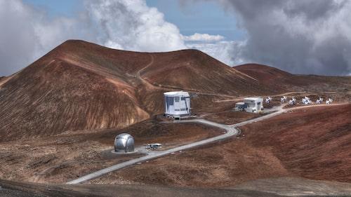 Från vandringsleden syns astronomiska observationsplatser.