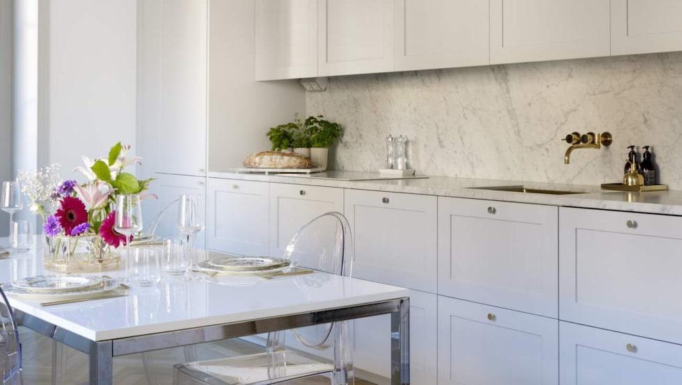 """Favoritplats. """"Köket är hjärtat i lägenheten och vi gillar att ha gäster och stora middagar"""", säger Therese."""