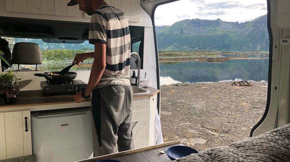 Tomas lagar mat i bilen.
