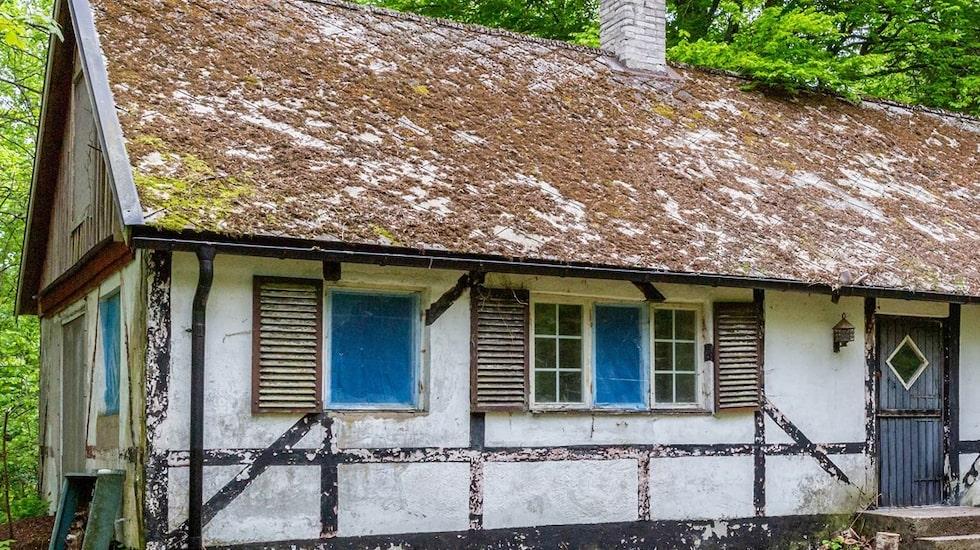 Huset ligger utanför Hörby och står i dag obebott och öde, och bara väntar på något som kan sätta tänderna i det och renovera.
