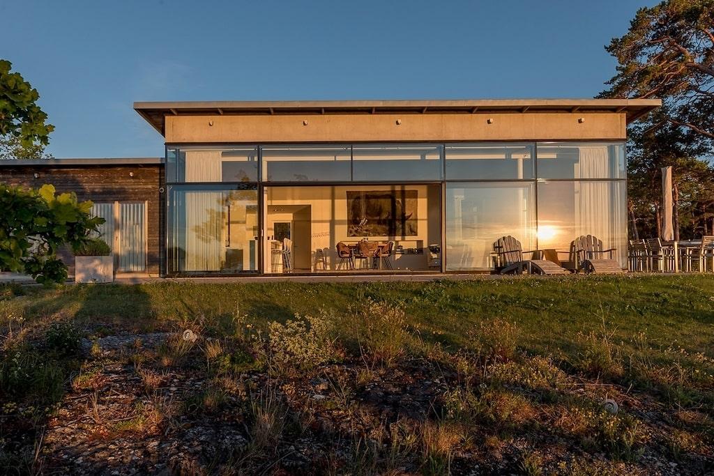 Det exklusiva arkitektritade huset har ett hänförande och avskilt läge med utsikt över havet och Visbys siluett i horisonten.