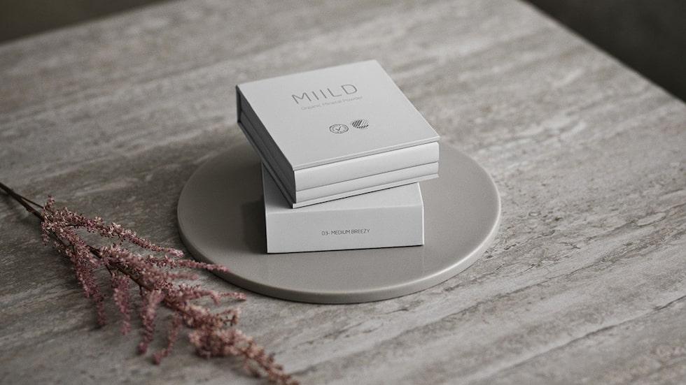 Kollektionen innehåller 18 olika produkter, bland annat puder, ögonskugga, blush och concealer. Än så länge går kollektionen bara att köpa i Danmark och på hemsidan.