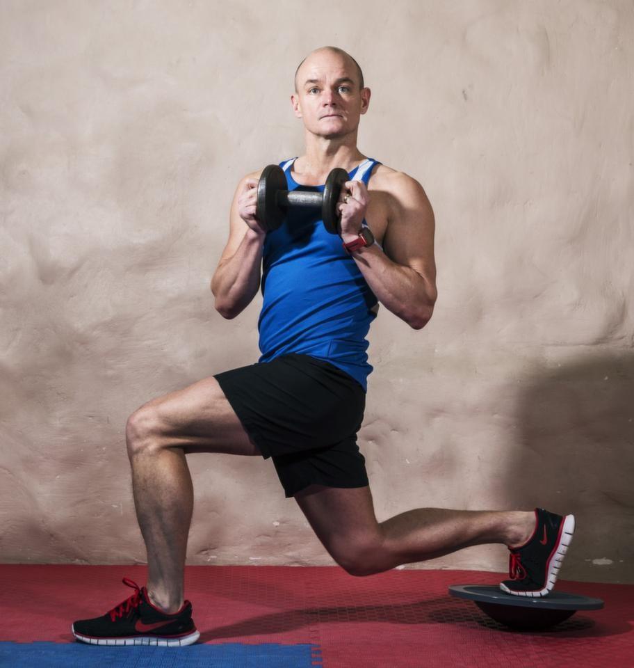 <strong>För Längdskidor och utförsåkning 5 Utfall med bålrotation på balansplatta</strong><br><strong>Du tränar: Bålstabilitet, balans, styrka i fotled och rörlighet i ryggrad.</strong><br><strong></strong> Placera en fot på balansplattan och en vikt mot bröstet. Ta ett stort kliv fram med den fot som inte står på balansplattan och sänk dig ner enligt bilden tills du har 90 grader i främre knäled. Vrid därefter överkroppen över det främre benet med rak rygg. Återgå och upprepa med andra foten på balansplattan.<br><strong>Tänk på:</strong> Benet ska vara 90 grader i främre knäled och ryggraden ska vara rak.