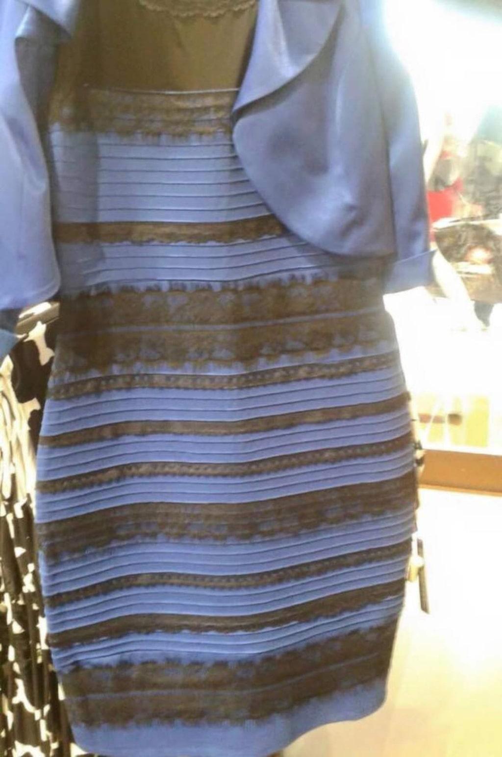 Guldvit eller blåsvart? Här är klänningen som delar människor i två färgläger.